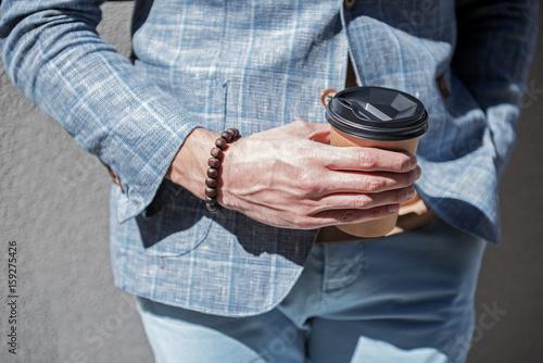 Fotomural  Elegant male person keeping beverage