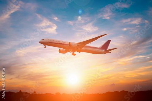 Samolot lądował o zachodzie słońca.