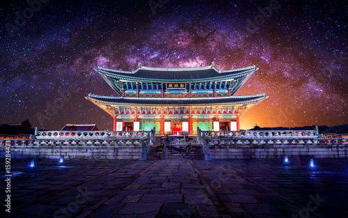 Autocollant pour porte Seoul Gyeongbokgung palace and Milky Way in Seoul, South Korea.