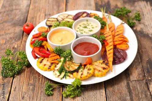 grillowane-warzywa-i-sosy-na-duzym-talerzu