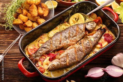 Plakat Pieczona ryba z sosem cytrynowym i warzywami na patelni