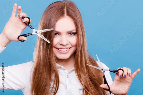 Plakat Szalona dziewczyna z nożyczkami. Fryzjer w akcji.