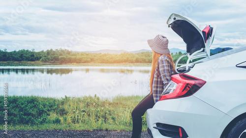 Zdjęcie XXL Zrelaksowany szczęśliwy kobieta podróżnik na lato roadtrip wakacje na hatchback samochodzie