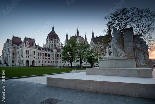 Photographie  Budapest, Hungary - The sculpture by Luigi Kossuth in front of the Parliament