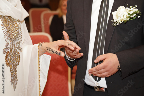 couple mariage oriental avec mains dessinée au henné passant la bague au doigt Poster