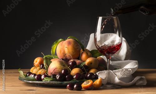 taca-z-roznymi-owocami-w-towarzystwie-czerwonego-wina-w-kieliszku