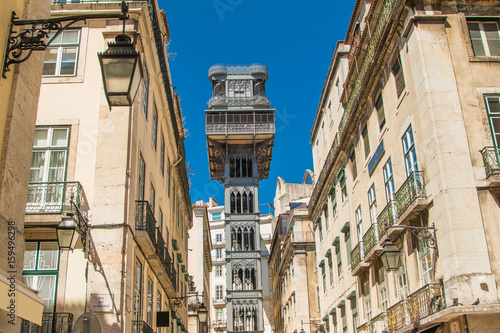 Plakat Słynna winda Santa Justa w dzielnicy Baixa w Lizbonie, Portugalia, XIX-wieczny projekt Raul Mesnier de Ponsard