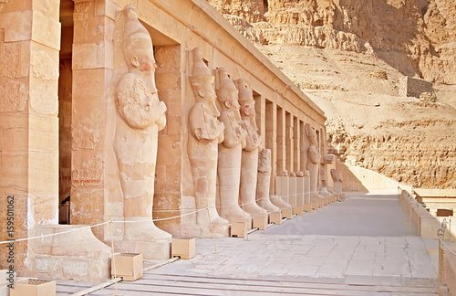 Poster Ruine Statues on facade of palace of Hatshepsut in Luxor, Egypt