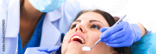 Fotografía Woman dentist working at her patients teeth