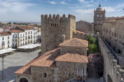 paseo por las hermosas calles de la ciudad medieval de Cáceres en Extremadura, España