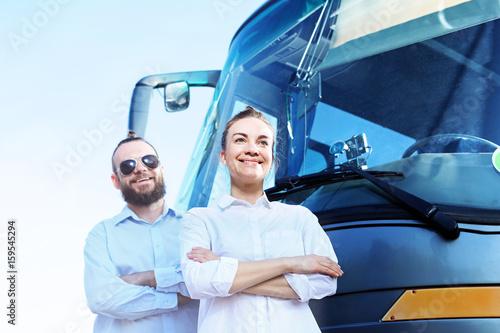 Obraz kierowca autokaru i przewodnik wycieczki. Pracownicy biura podróży - fototapety do salonu