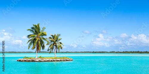 Foto Einsame Insel als Panorama Hintergrund vor blauem Himmel