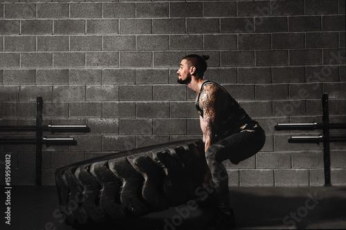 trening crossfit - opona mężczyzny
