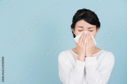 くしゃみをする若い女性 Fototapete