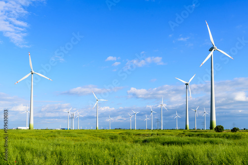 Zdjęcie XXL Farma wiatrowa z turbinami wiatrowymi