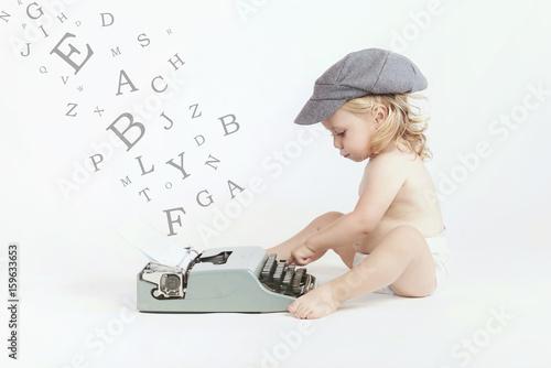 Fototapeta bebé con maquina de escribir
