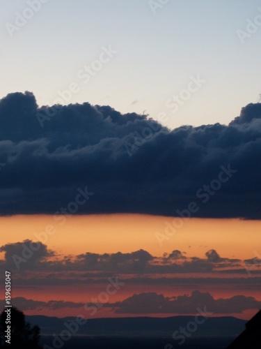 Fotografie, Obraz  wolken Kontrast hell dunkel abend indigo orange grau