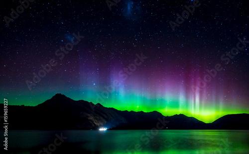 Photo  Beautiful Aurora Australis and milky way over Lake Wakatipu, Kinloch, New Zealan