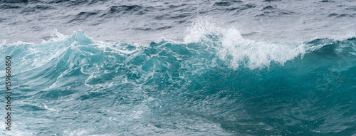 Stickers pour portes Eau Frozen motion of ocean waves off Hawaii