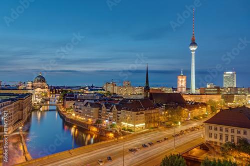 Zdjęcie XXL Alexanderplatz z wieżą telewizyjną w Berlinie w nocy