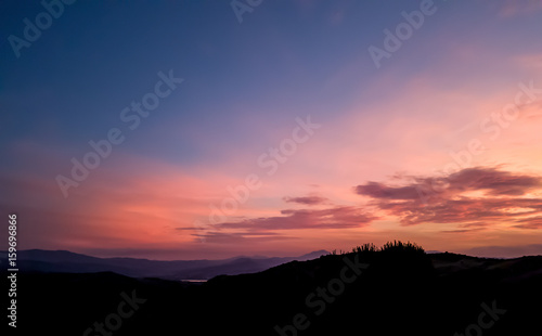 Photo silhouette landscape under sunset sky in spring with clouds in the background, s