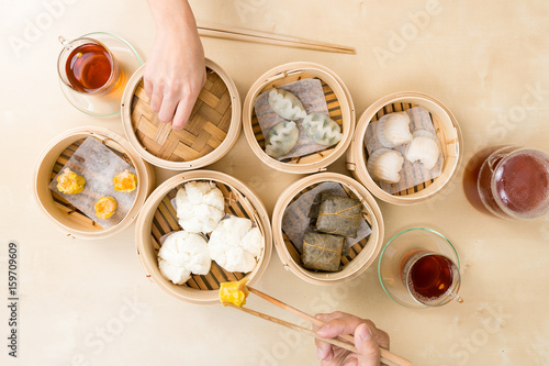 Photo  Top view of people eating dim sum