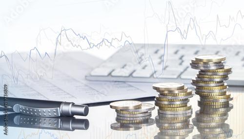 Fotografía  Finanzen, Spekulation, Euro, Münzstapel, Kugelschreiber, Tabellen, Tastatur, und