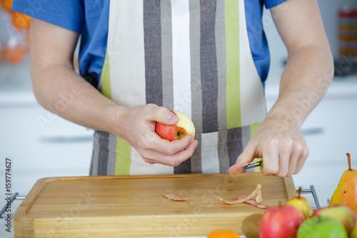 Fényképezés a man pealing apple with knife