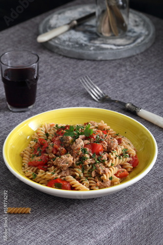 Piatto Di Pasta Italiana Con Pesce Tonno E Pomodori Buy This