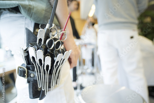 Fotografía  Tools that a hairdresser is wearing on his waist