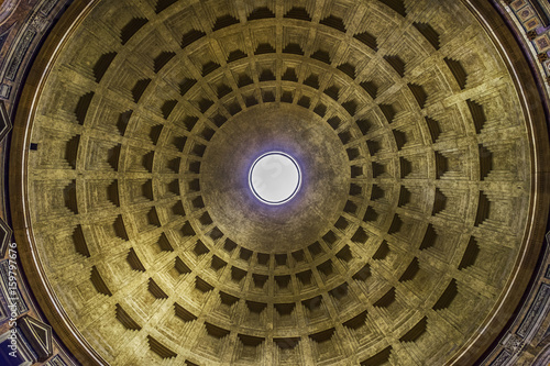 Photo Looking up into the Oculus inside the Roman Pantheon