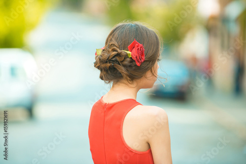 Plakat widok z tyłu kobiety z czerwonych róż w stylowe włosy