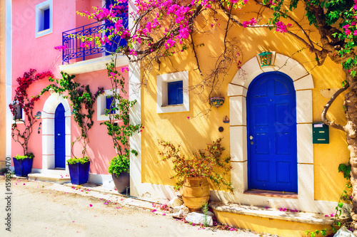 Obraz Grecja - urocza uliczka we wiosce Assos w Kefalonii - fototapety do salonu