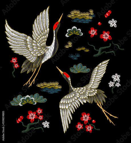 japonskie-biale-zurawie-i-kolorowe-kwiaty-na-czarnym-tle