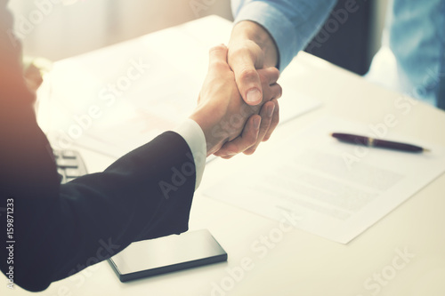 Fotografía  business people handshake after partnership contract signing