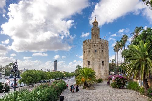 Flanieren auf der Promenade am Torre del Oro in Sevilla