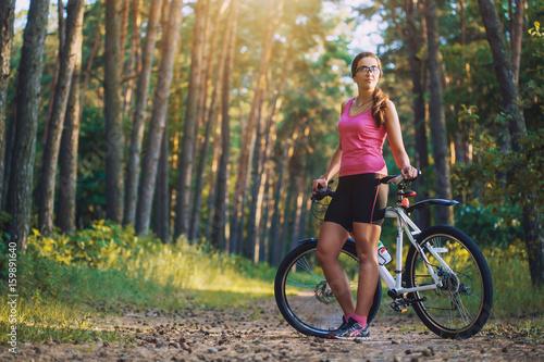 Zdjęcie XXL kolarz górski rower rowerem na szlaku sosnowym lesie