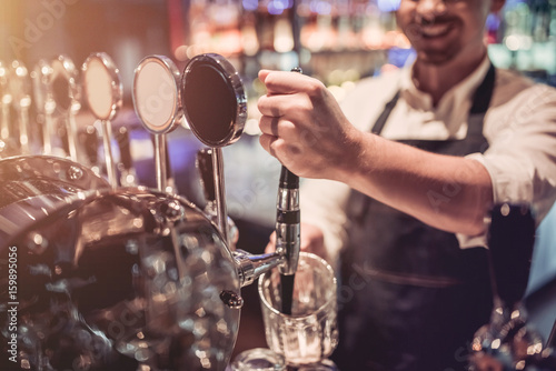 Fotografía  Bartender in pub