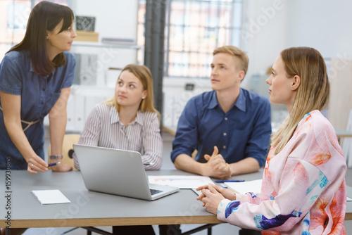 Fototapeta kollegen besprechen sich im büro obraz na płótnie