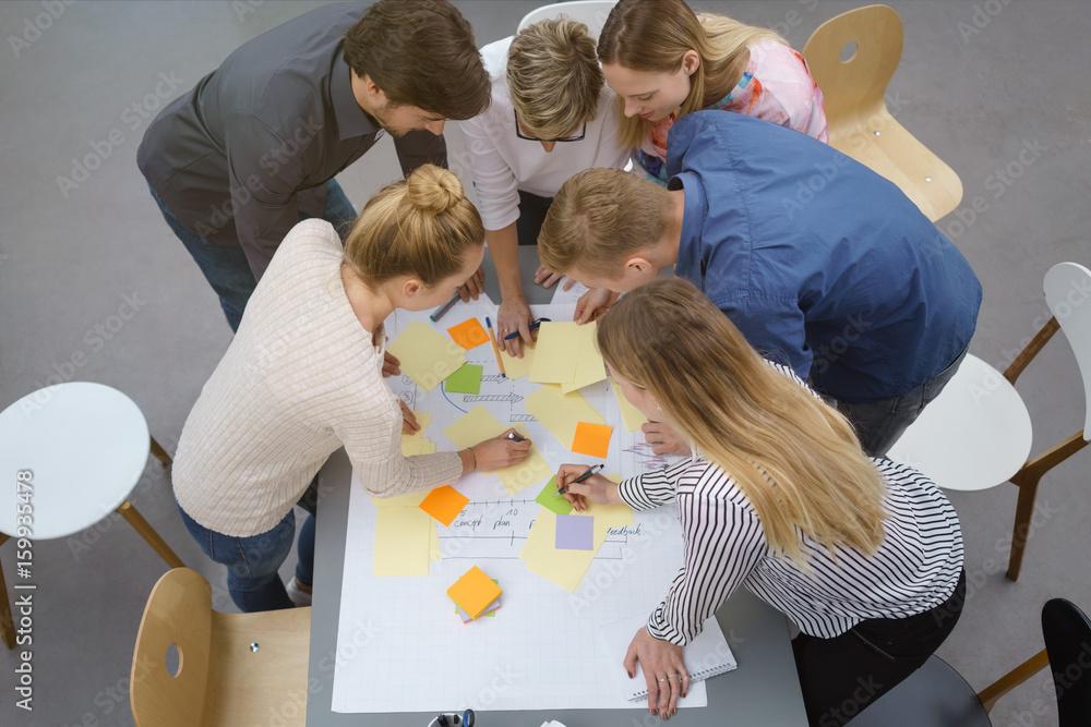 Fototapeta teilnehmer in einem workshop machen notizen auf bunten zetteln