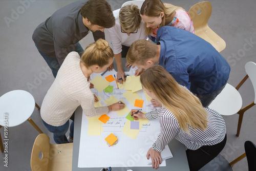 Photo  teilnehmer in einem workshop machen notizen auf bunten zetteln