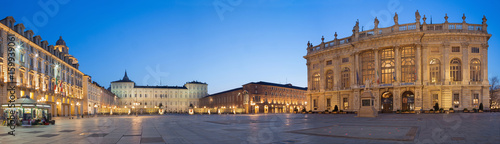 Fotografía  TURIN, ITALY - MARCH 14, 2017: The square Piazza Castello with the Palazzo Madama and Palazzo Reale at dusk