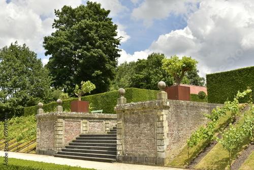 L\'escalier d\'accès entre deux murs rustiques au Jardin à la ...