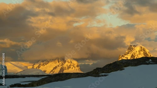 Photo  Time lapse sunset in Antarctica. Mountains and alpine glow.