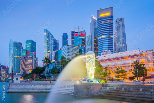 Photo  The Merlion and buidlings in city center of Singapore