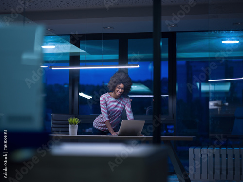 Fototapety, obrazy: black businesswoman using a laptop in startup office