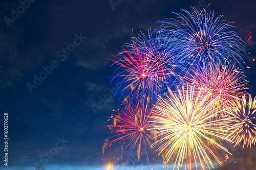Papel de parede  Fireworks of various colors bursting against a black