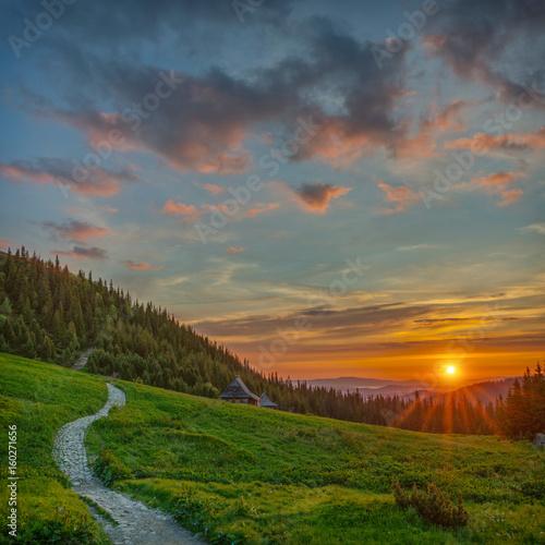 Obraz Wschód słońca na Hali Gąsienicowej, krajobraz górski, Tatry - fototapety do salonu