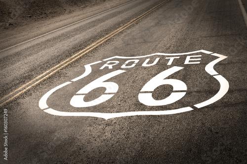 In de dag Route 66 Vintage Route 66 Sign on Road Pavement