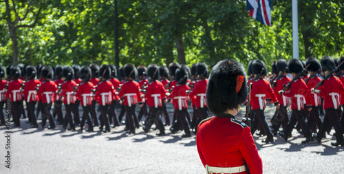 Photo  Soldiers in classic red coats march along The Mall in London, England in a grand